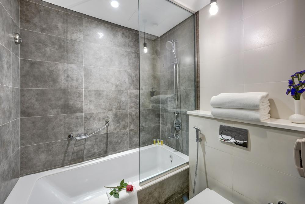 Skyline Room - Bathroom